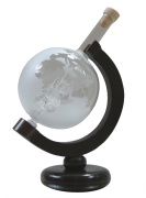 Mundgeblasene Glasflasche als Globus mit Segelschiff